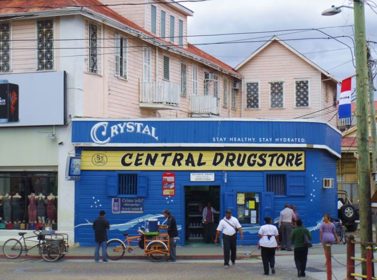 drugstore-bleu-belize-city-larchivoyageuse
