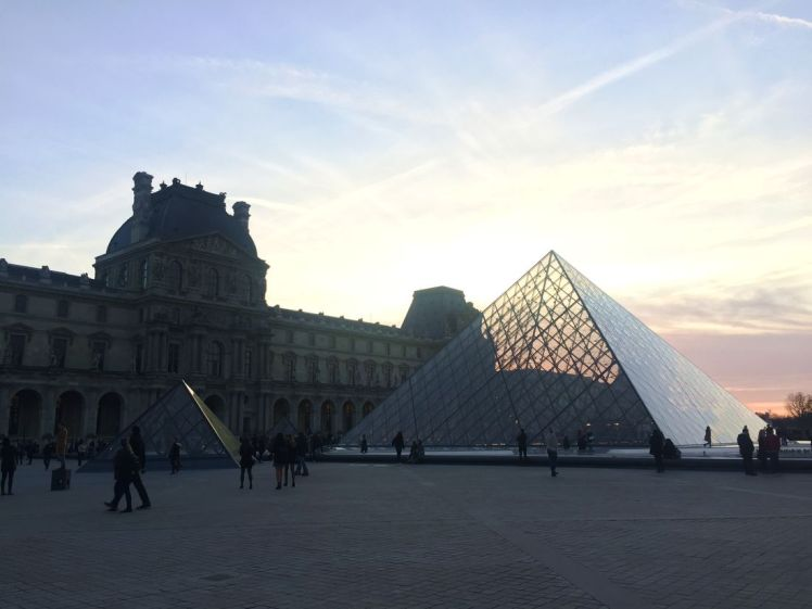 louvre-nocturne-pyramide-musee-larchivoyageuse